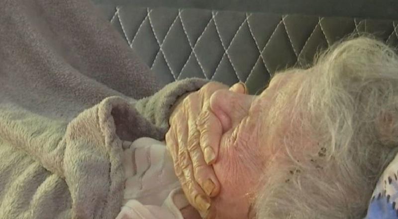 Випадок, який перевернув мій світ. Сиджу біля мами в лікарні. Поруч лежить бабуся, років під 90. Приходить до неї дід…