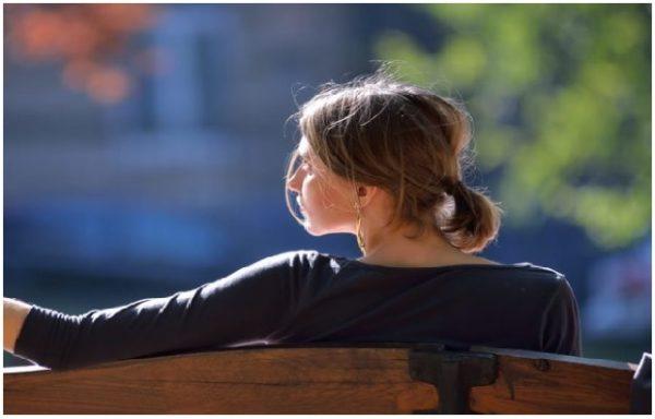 Коли чоловік кинув сім'ю, Олена була безробітною домогосподаркою. На біржі їй запропонували роботу прибиральниці, оскільки у неї не було ніякої освіти. Олена погодилася, бо не мала іншого виходу, взяла в руки швабру і почала прибирати приміщення школи. Коли їй виповнилося 29 років, вона зустріла чоловіка, який допоміг їй змінити життя