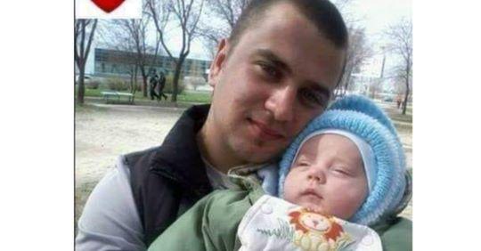 Клят@ війн@! Це дитя ніколи не відчує тепла таткових рук..Він заruнув за Україну рік назад! Згадайте його в молитві…