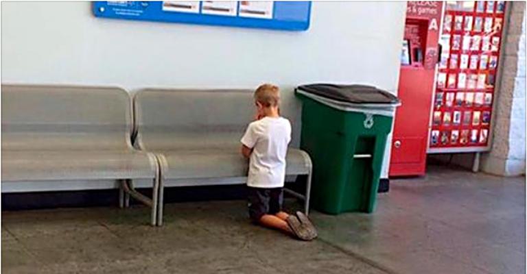 Мама загубила сина в торговому центрі, а потім побачила його на колінах біля вивіски. Коли вона зрозуміла, що відбувається, у неї затремтіло серце!