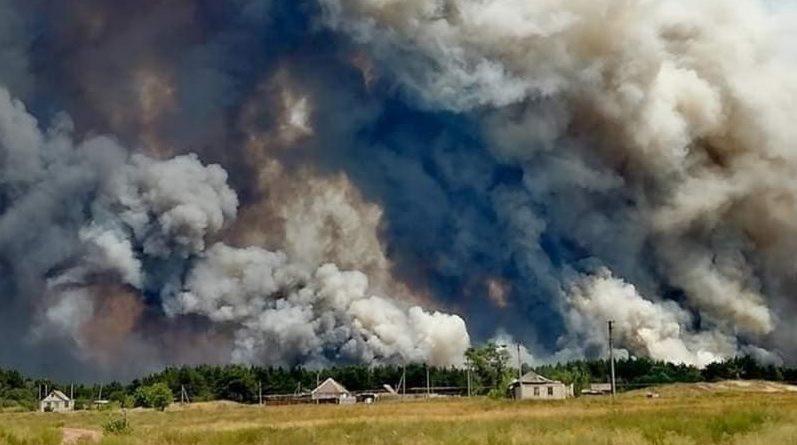 """""""Люди в паніці і страху покидають домівки! На градуснику понад +50 °С. Горить все, ліса, поля будинки!"""" На Луганщині масштабна пожежа. Є жерtвu"""