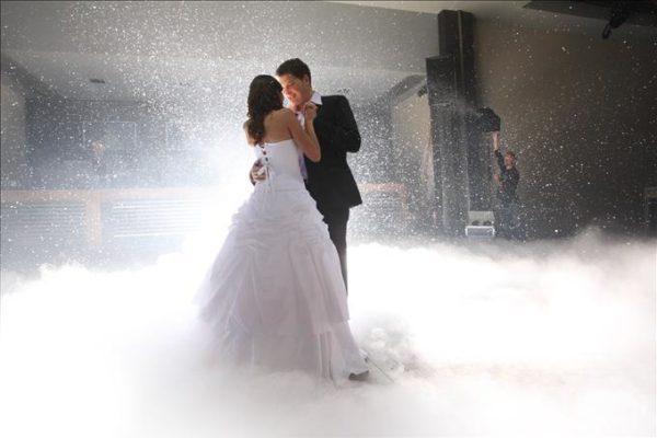 Я вийшла заміж дуже рано. Запрошені гості на весіллі відразу здогадалися, що це шлюб не зі щирого кохання, а тому, що я чекаю дитину. Вже два роки, як чоловік мене покинув, а я не можу на себе в дзеркало подивитися