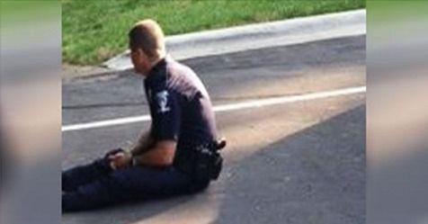 Фотографія цього поліцейського дуже швидко розлетілася мережею! У чому ж причина? Погляньте на ліву частину фото!