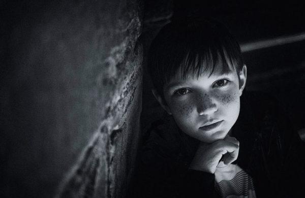 – Тьотю, Вам, випадково, малюк не потрібен? Хлопчик років семи ходив по ринку з немовлям загорнутим у стареньку ковдру. Люди зайняті своїми справами уваги на нього не звертали