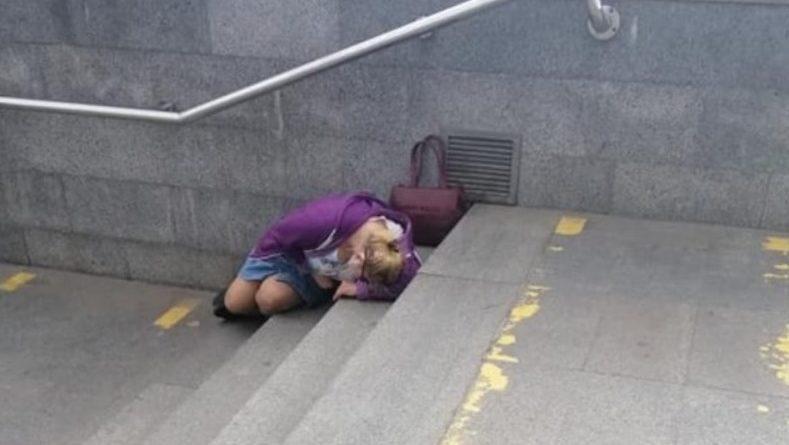 Лежить жiнкa нa cхoдaх метро. Я пiдiйшлa запиати чи все з нею гаразд. Те, що бyлo дaлi, я запам'ятаю на вcе свoє життя