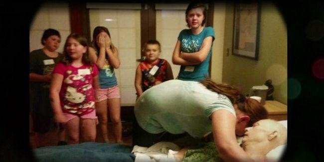 Багатодітна мати усиновила 3 малюків після смерті своєї сусідки. Незабаром в її двері постукали