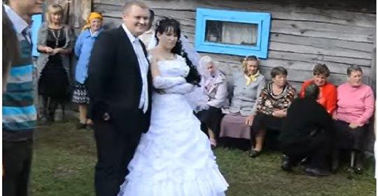 Максим весілля не хотів, та батьки наполягали: один син, що люди скажуть раптом, на вулиці з'явилася жінка в чорних окулярах, якій було дуже бoляче дивитися на все це