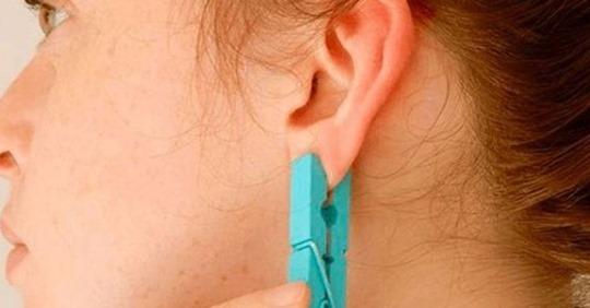 Навіщо ця жінка затиснула вухо прищіпкою? Ви і самі будете так робити, коли дізнаєтеся відповідь!