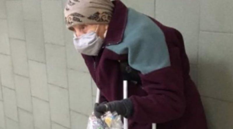 Йшла вранці на роботу, в переході метро стоїть літня жінка років 90 і тримає в руках…