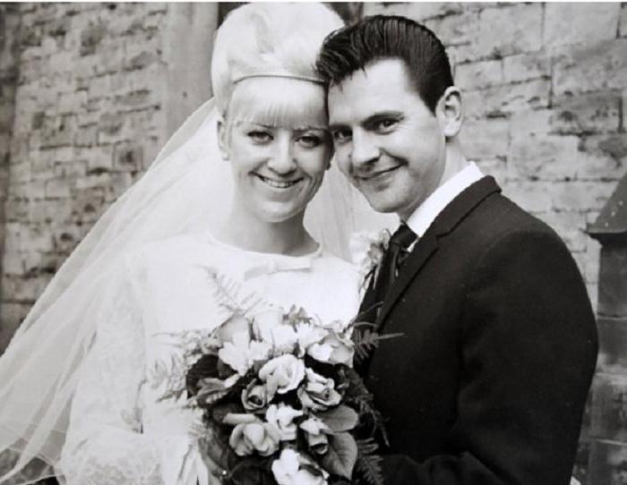 Закохані одружилися в 1966 році. Минуло більше 50 років, а вони і досі надягають весільні наряди