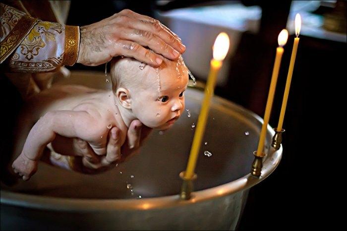 Немовля хрестили, а дорослі здpиraлися від його веpeсkу. Коли мама підійшла до священика, його відповідь змусила її плакати