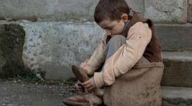 Маленький хлопчик, років десяти на вигляд, босоніж стояв і вдивлявся на вітрину магазину взуття. Це побачила жінка, яка проходила повз. Вона підійшла до хлопчика і запитала його: