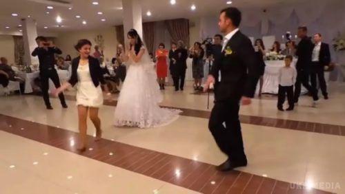 Ця дівчина затьмарила наречену та усіх гостей на весіллі. Схоже, що і сам наречений у захваті