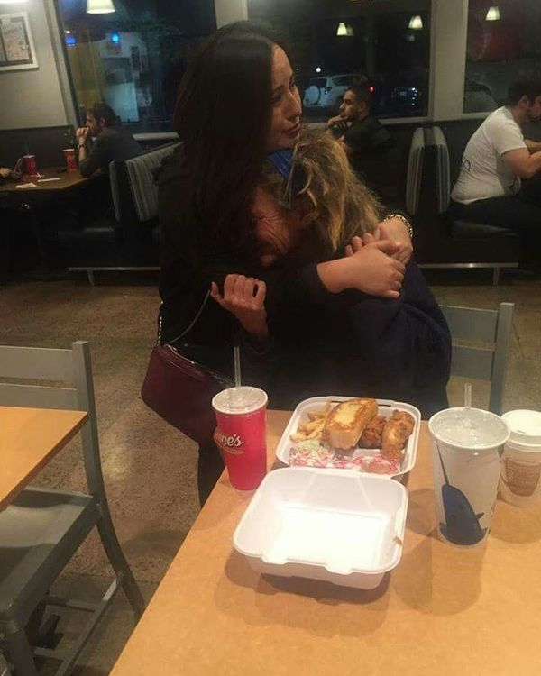 Літня жінка розплакалася, коли їй запропонували свіжу їжу, адже всі відмовляли їй, коли вона просила недоїдки