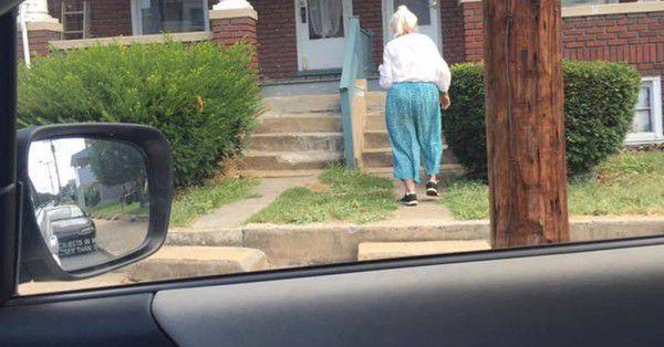 Чоловік побачив на проїжджій частині стареньку, і відразу ж натиснув на гальма. Коли він посадив її в машину – його чекав неймовірний сюрприз!