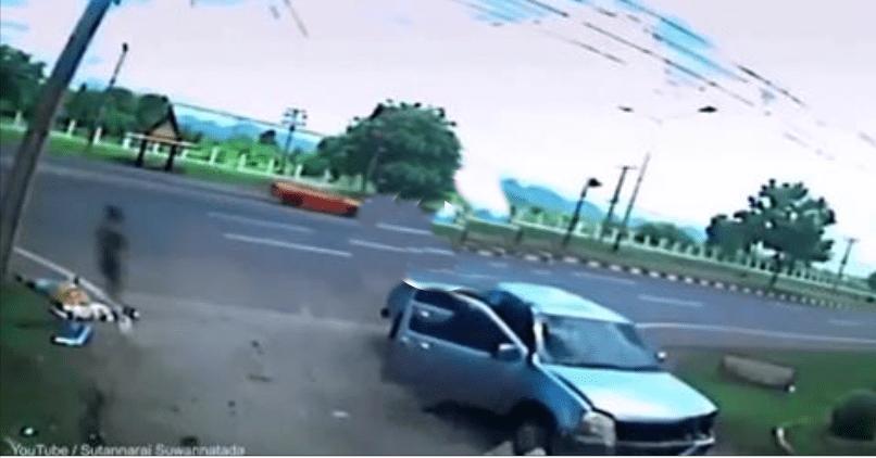 Страшне відео: привид жінки відокремився від її тіла після автокатастрофи