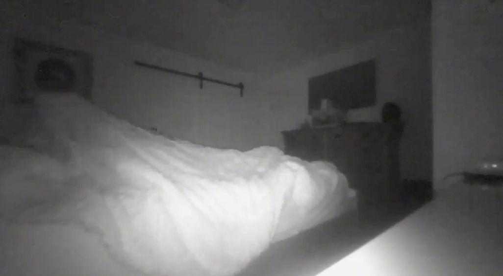 Чоловік зняв на камеру спостереження у своїй спальні як «привид» тягнув його простирадло