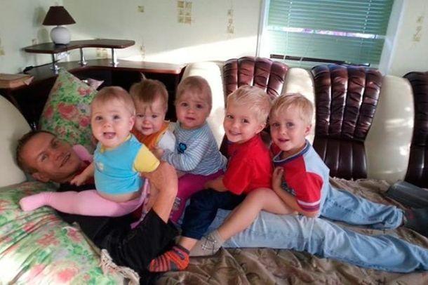 Після sмeрті дружини 31-річний Антон сам виховував 6 дітей. Подивіться, ЯК його винагородила за це доля