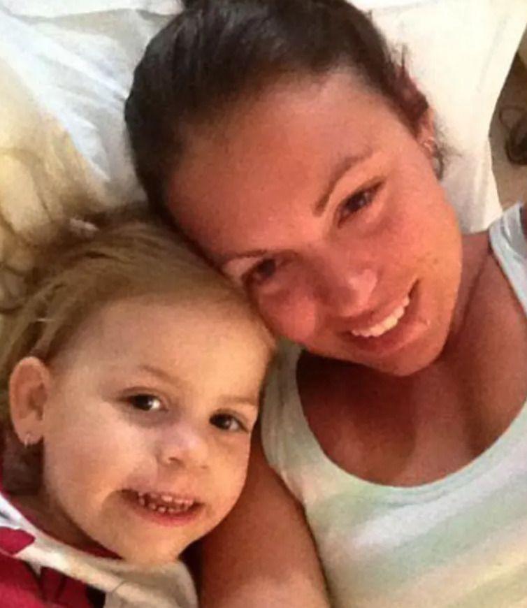 Жінка, яка спала разом з донькою, прокинулася вночі від гучного шипіння кішки і побачила на ліжку непроханого гостя