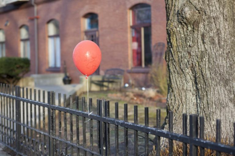 Чоловік знайшов у дворі повітряну кулю, яка змусила його ридати. Все через послання, яке було написано на поверхні знахідки