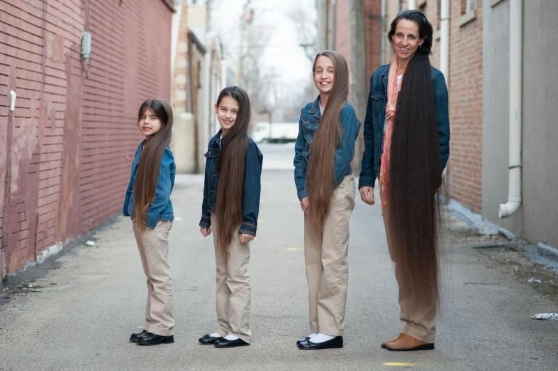 Мама і три її доньки вирішили ніколи не стригтися, тепер загальна довжина їх волосся більша за 3 метри