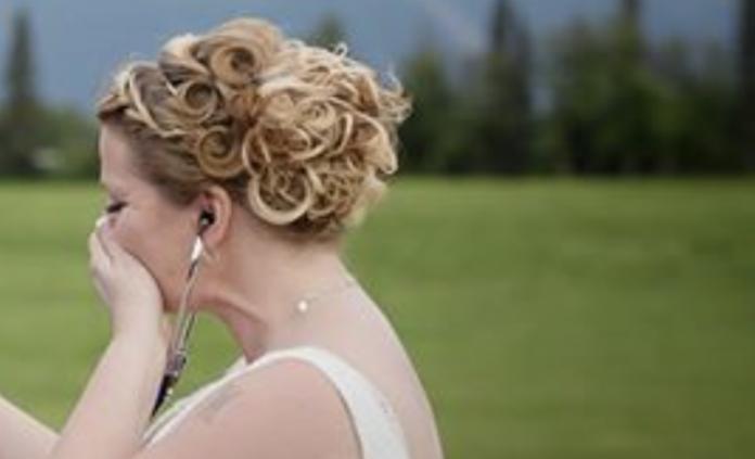 40-річна наречена залишила місце за столом для свого nомерлого сина. Але вона й не здогадувалася, хто прийде на її весілля..
