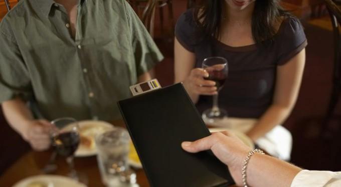 Познайомився з дівчиною в інтернеті, вирішили зустрітися в ресторані. Але я вже знав про її схемою «гри» і вирішив помститися за всіх мужиків …