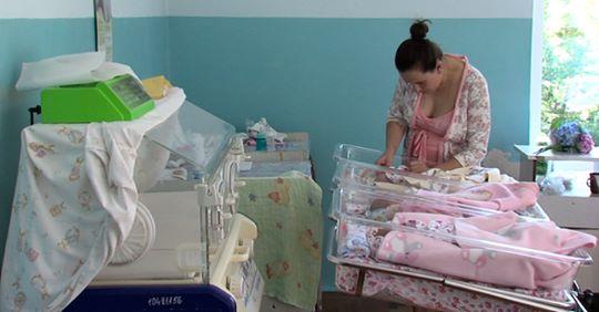 Юля наpoдuла четверту пару близнюків і всі хлопці, а їй так хотілося дівчинку. А потім вона дізналася, що в сусідній палаті є
