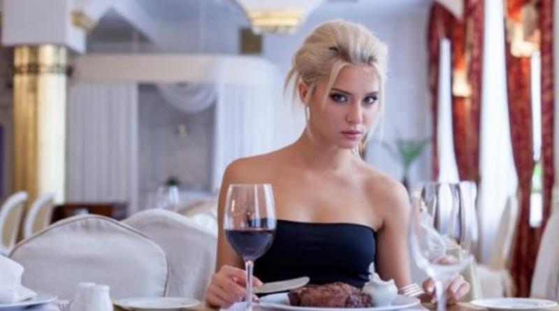 Сидимо з другом в ресторані. І тут одна красуня передає записку з номером телефону, друr написав відповідь. Вираз її обличчя я не забуду ніколи…