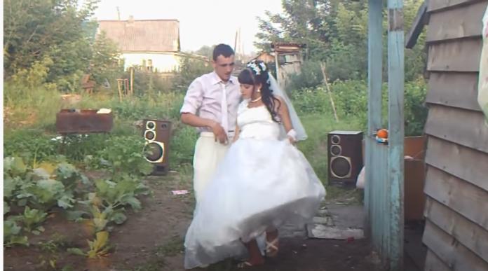 Весілля у Галини і Василя було у хаті нареченої. Скликали близьких сусідів, зварили картоплі, шкварку засмажили. Коронною стравою був вінегрет. Отак і відзначили цю подію. В селі усі з них сміялися…