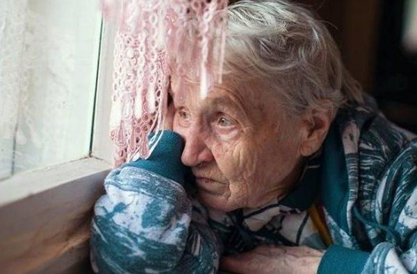 Люди беруть дітей з дитячого будинку, а я вирішила забрати чужу бабусю з будинку для літніх людей. В той день всі родичі перестали зі мною спілкуватися. Тільки й чую від рідні: – Зараз такі часи, і так життя важке, а ти собі ще й стару в хату привела! До нас ніхто тепер не ходить в гості. Але я не розумію, що я поганого зробила