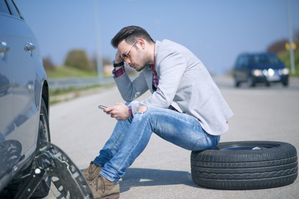 Він допоміг літній жінці замінити пробите колесо і навіть уявuти не міг, чим це обернеться