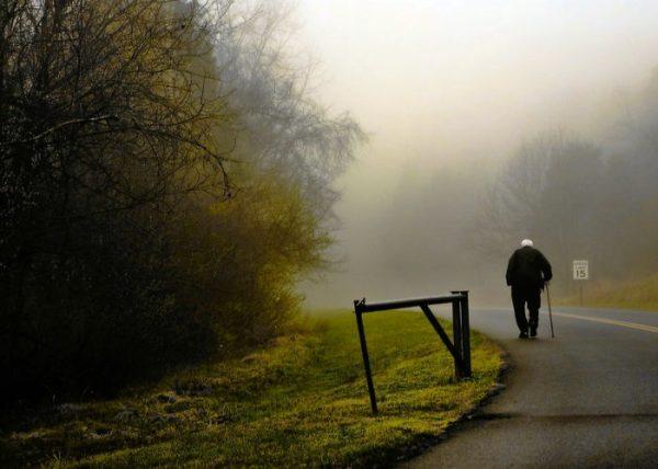 Зупинилась дорога автівка, з неї вийшли молода дівчина і старий дідусь. Вона поїхала, а він залишився чекати. Ось уже десять років чекає