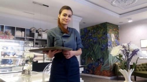 16 років офіціантка обслуговувала в кафе грубого клієнта. І тільки коли він перестав приходити відкрилася вся правда