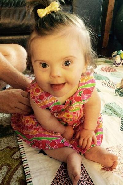 Лікарі відправили цю дитину додому помирати. Але побачивши, що робить її дочка, мама схопилася за телефон