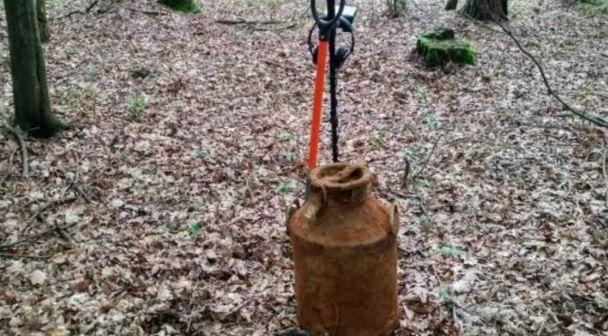 На Львівщині в лісі відкопали підозрілі бідони. У Вас мурашки підуть по шкірі, коли Ви дізнаєтесь що в середині…