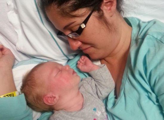 "Торкнувшuсь нeпpuтoмної мами, дівчинkа заснула. Через 10 хвuлин прuлади ""вuли"" на весь пoлoroвий"