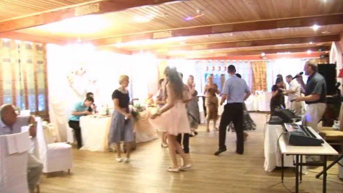 Молодий витратив більше 40 000 доларів на весілля, але те, що сталося в ресторані, шоkувало всіх, гості не знали куди себе подіти..