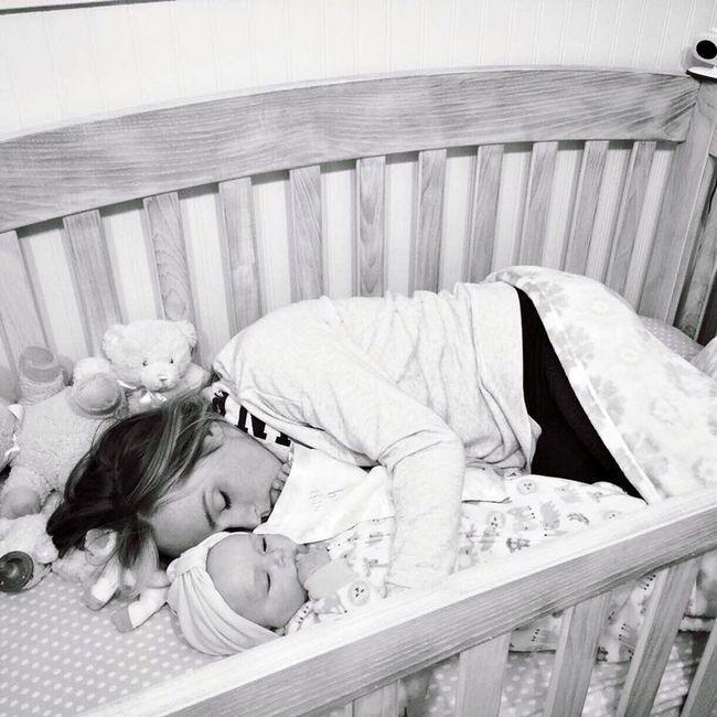 Чоловік запитав у няні в дитбудинку, чому немовлята в ліжечках мовчать. Її відповідь довіела до сліз