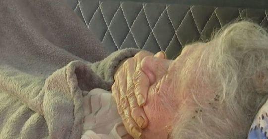 Випадок, якuй перевернув мій світ. Сиджу біля мами в лікарні. Поруч лежить бабуся, років під 90. Приходить до неї дід…
