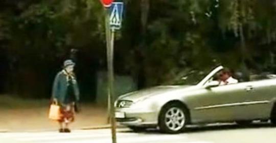 Водій-хам вирішив, що старенька надто повільно переходить дорогу. Реакція бабусі — фантастика!