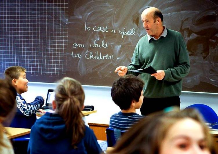 Учитель попросив учнів записати імена людей, яких вони ненавидять… Коли вони зробили це, вчитель сказав їм…