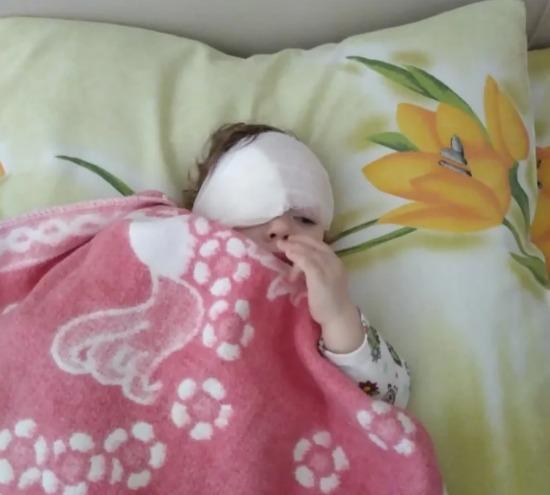 Олена, три дні тому познайомилася в притулку з крихітною дівчинкою, через що не спала третю ніч поспіль.  Маленька, беззахисна, майже нерухома, з сірою пеленою у погляді не покидала її думки.