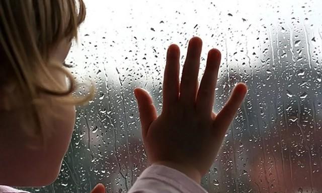 Так що ж ти плачеш?! У тебе все є! Так і хочеться крикнути цьому хлопчиську — зачекай, не реви, припини плакати! Ти навіть не розумієш, який ти щасливий! Обійми свою маму і не відпускай!
