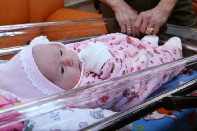Мати кричала, сестра крутила пальцем біля скроні. Олена ревіла: 17 років, вагітність, він посміявся, сунув сотню («більше не можу») і пропав