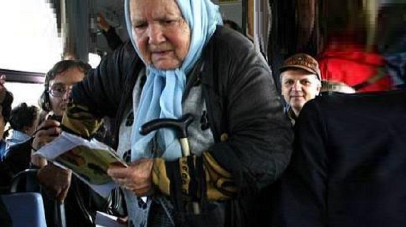 80-річна бабуся нашкрябала гору монет для проїзду в автобусі. Водій не витримав… вийшов…