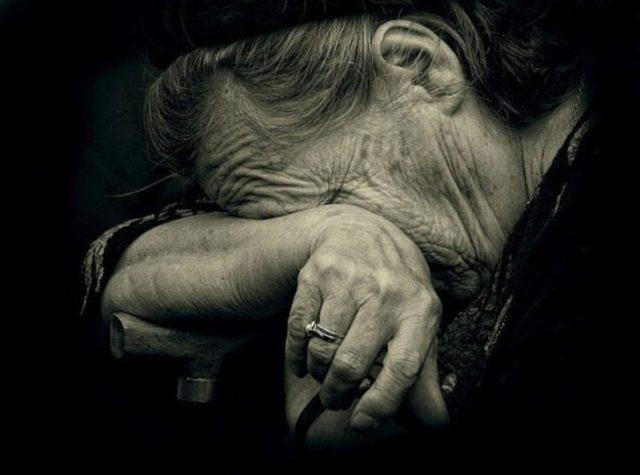 В останній його приїзд, мати лежала, відвернувшись обличчям до стіни, скільки він з нею не говорив, вона не повернулася. А потім йому сказали, що мати померла три тижні тому