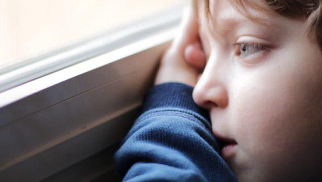 Хлопець плакав, а після розпитувань розповів, що тато у нього в лікарні, а мама пішла провідати його, але кудись загубилася. Ось він і пішов її шукати, та так і не зміг знайти