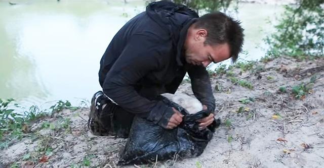 Хлопець знайшов сміттєвий пакет на березі річки. Коли він розкрив його, то змінив все життя