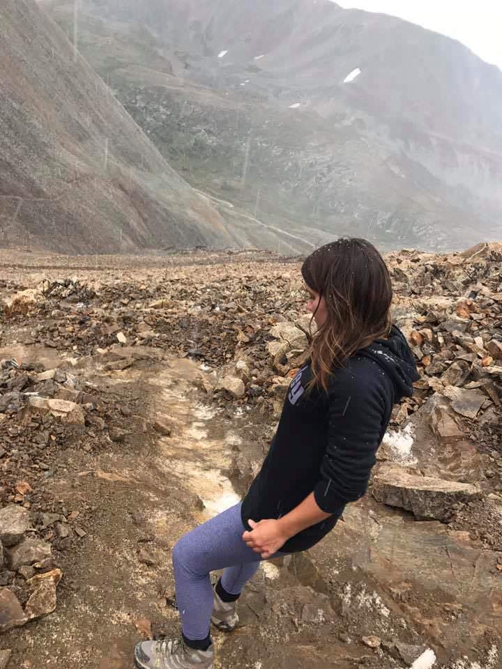 Дівчина дізналася про собаку, який вночі виє в горах. Вона відправляється на пошуки і робить неймовірне відкриття… (ФОТО)